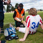 Sondre B. Ravdal (NF Oslo) behandler en spiller på Norway Cup 2016